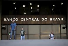 Pessoas diante do Banco Central em Brasília.  23/9/2015.  REUTERS/Ueslei Marcelino