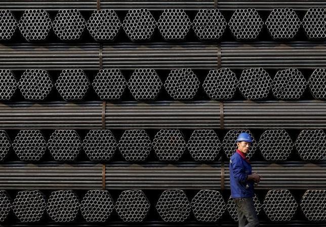 2月22日、中国高官は、中国の一部地域を対象に、鉄鋼生産削減の取り組みを一段と進めるよう義務付けた。写真は河北省で2015年11月撮影(2017年 ロイターKim Kyung-Hoon)