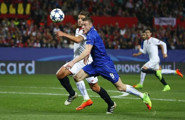 2月22日、サッカーの欧州CL決勝トーナメント1回戦の第1戦、レスターは敵地でセビリアに1─2で敗れた。ジェイミー・バーディー(中央)の得点で第2戦に望みをつないだ(2017年 ロイター)