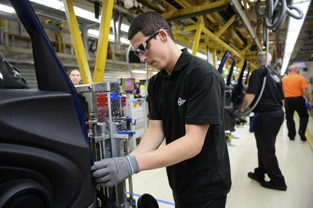 2月23日、英自動車工業会(SMMT)公表のデータによると、1月の自動車生産は前年同月比7.5%増の14万7922台となり、2008年以来9年ぶりの高水準を記録した。写真はオックスフォード近郊のカウリ―にある「ミニ」組み立て工場。昨年6月撮影(2017年 ロイター/Leon Neal)