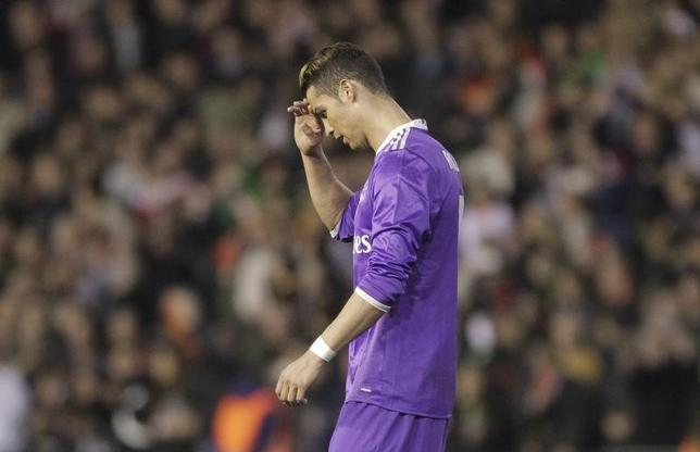 2月22日、サッカーのスペイン1部は延期分の1試合を行い、レアル・マドリードはクリスティアノ・ロナルド(写真)が得点したが、敵地でバレンシアに1─2で敗れた(2017年 ロイター/Heino Kalis)