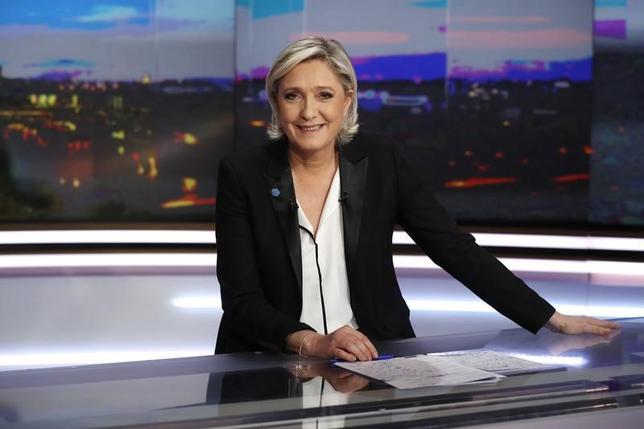 2月23日、BVAとセールスフォースの世論調査によると、4月23日に行われるフランス大統領選第1回投票では、極右政党・国民戦線(FN)のルペン党首が27.5%を得票する見込みで、2月4日に実施した前回調査から2.5%ポイント上昇、2位との差を広げた。写真はパリ近郊のTV局でインタビューを受けるルペン氏。22日撮影(2017年 ロイター/Patrick KovarikPool)