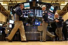 Le Dow Jones (+0,13% à 14h46 GMT) et le S&P-500 (+0,11%) ont battu leurs records dès l'ouverture jeudi à la Bourse de New York, soutenue par la forte progression des cours du pétrole et par la promesse renouvelée d'une vaste réforme fiscale de la part de la nouvelle administration américaine. Le Nasdaq Composite cède en revanche 0,18%. /Photo prise le 14 octobre 2016/REUTERS/Brendan McDermid