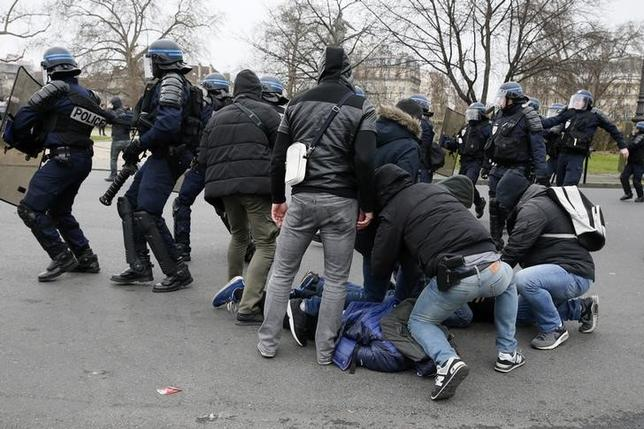French plainclothes police apprehend youths during a demonstration against police brutality after a young black man, 22-year-old youth worker named Theo, was severely injured during his arrest earlier this month, in Paris, France, February 23, 2017.  REUTERS/Gonzalo Fuentes