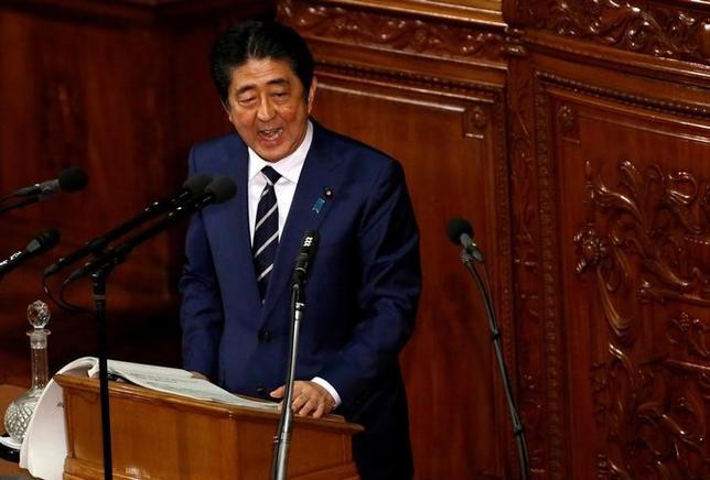 2月24日、安倍晋三首相は午前の衆院予算委員会で、昭恵夫人が、国有地の払い下げ価格を巡り問題になっている大阪市の学校法人「森友学園」が開校を予定している小学校の名誉校長を辞任したと明らかにした。  写真は1月国会で撮影(2017年 ロイター/Toru Hanai)