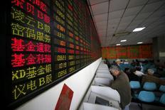 En la foto de archivo, inversores miran pantallas de computadora que muestran información de mercados en un operador bursátil en Shanghái, China. Las acciones chinas cerraron con una escasa variación el viernes, revirtiendo unas pérdidas iniciales, y los principales índices anotaron su tercera semana consecutiva de ganancias gracias a una mejora en el apetito por el riesgo. REUTERS/Aly Song/File Photo