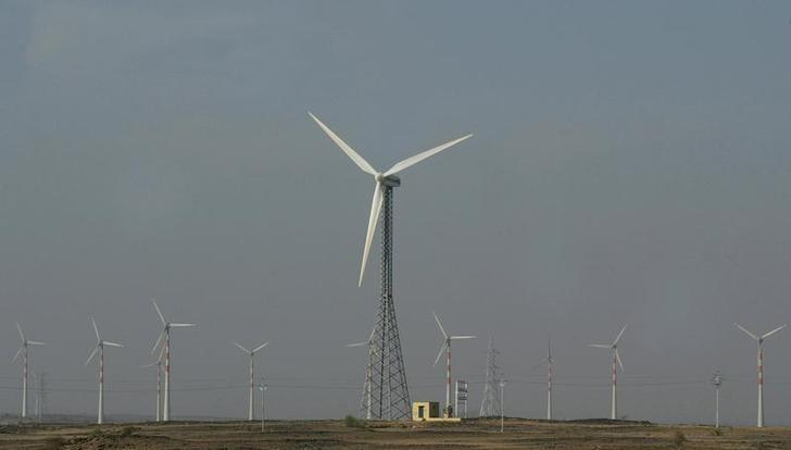 Wind turbines turn in the breeze in the outskirts of Jaisalmer in the Indian desert state of Rajasthan November 30, 2009. REUTERS/Pawan Kumar/Files