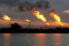 Campo de petróleo en Basora, Irak.  17/01/2017 .La OPEP ha sorprendido al mercado mostrando un cumplimiento récord de un acuerdo para limitar la producción de petróleo y podría seguir avanzando en sus recortes en los próximos meses, luego de que Emiratos Árabes Unidos e Irak, los países más rezagados, se comprometieran a ponerse al día rápidamente con sus metas.REUTERS/Essam Al-Sudani