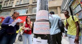 Desempregados observam listas de vagas no centro de São Paulo 09/03/2016 REUTERS/Paulo Whitaker