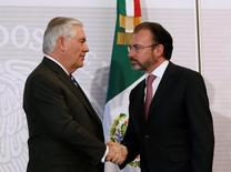 El secretario de Estado estadounidense, Rex Tillerson (izquierda), y el canciller mexicano, Luis Videgaray, se estrechan la mano después de una conferencia de prensa conjunta en el Ministerio de Relaciones Exteriores de la Ciudad de México, México, 23 de febrero de 2017.    REUTERS/Carlos Jasso