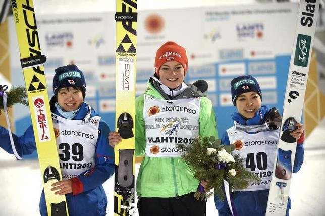 2月24日、ノルディックスキーの世界選手権ジャンプ女子で、伊藤有希(左)が銀メダル、高梨沙羅(右)は銅メダルを獲得した(2017年 ロイター/LEHTIKUVA/Martti Kainulainen via REUTERS)