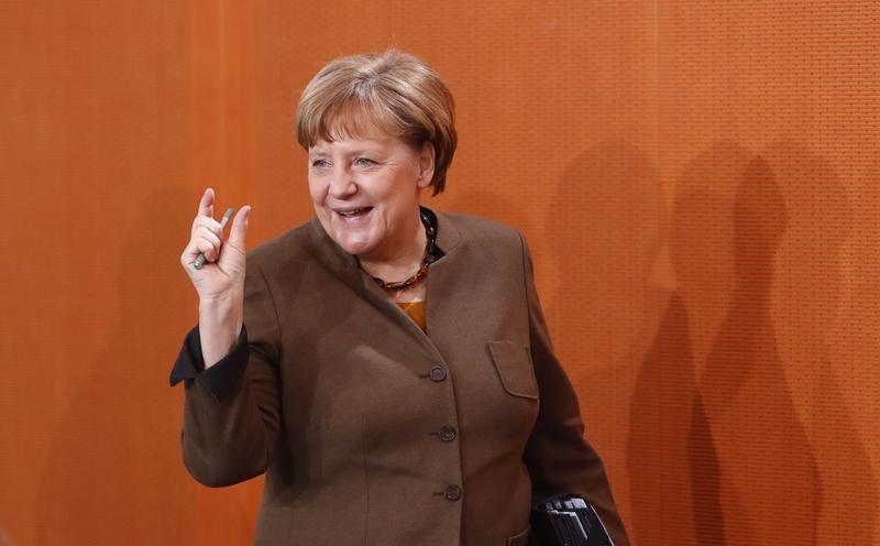 ميركل تبدي استعدادها للاجتماع مع ماكرون مرشح الرئاسة في فرنسا