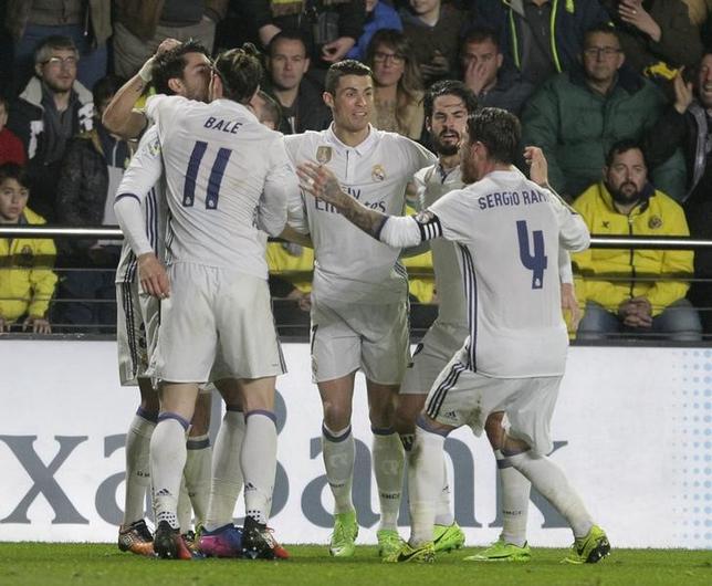2月26日、サッカーのスペイン1部は各地で試合を行い、ビジャレアル─レアル・マドリードは3─2でレアル・マドリードが勝利した。写真はゴールを喜ぶレアル・マドリードの選手たち(2017年 ロイター/Heino Kalis)