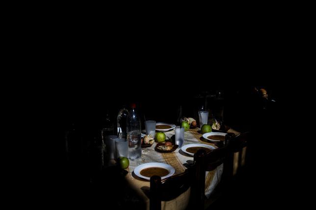 2月20日、数十億ユーロを投じたギリシャ救済から7年、貧困の状況はまったく改善されていないどころか、欧州連合のどの国よりも悪化している。写真は15日、貧困に苦しむアテネの人々に食事を提供する教会運営の給食施設のテーブル(2017年 ロイター/Alkis Konstantinidis)