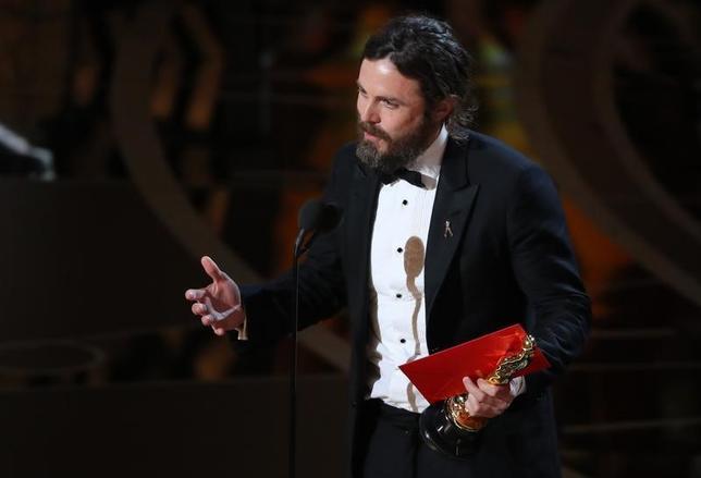 2月26日、第89回米アカデミー賞の授賞式が、ハリウッドで開催され、主演男優賞は「マンチェスター・バイ・ザ・シー」のケイシー・アフレックが受賞した。写真は受賞スピーチを行うアフレック(2017年 ロイター/M/Lucy Nicholson)