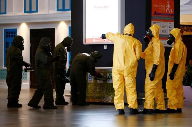 2月26日、マレーシアは、北朝鮮の金正恩朝鮮労働党委員長の異母兄、金正男氏殺害事件の現場となったクアラルンプール国際空港の清掃が完了したとして、同空港は「安全地帯」であると宣言した。写真は空港内を確認する危険物処理班(2017年 ロイター/Edgar Su)