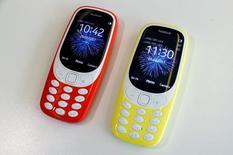 Телефоны Nokia 3310. Возрожденный бренд Nokia в воскресенье вернулся на рынок мобильных телефонов, представив новую версию классической модели 3310, находившейся на пике популярности в 2000 году. REUTERS/Eddie Keogh