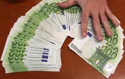 Le crédit bancaire aux ménages de la zone euro a augmenté en janvier à son rythme le plus fort en près de six ans, tandis que la croissance de la masse monétaire a ralenti. /Photo d'archives/REUTERS/Andrea Comas