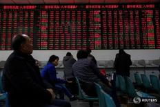 """Инвесторы в брокерской конторе в Шанхае 3 января 2017 года. Китайский индекс """"голубых фишек"""" продемонстрировал в понедельник максимальный однодневный спад за два месяца после того, как регулятор рынка ценных бумаг пообещал активизировать кампанию против спекуляции и намекнул, что ослабит контроль над новыми IPO.  REUTERS/Aly Song"""