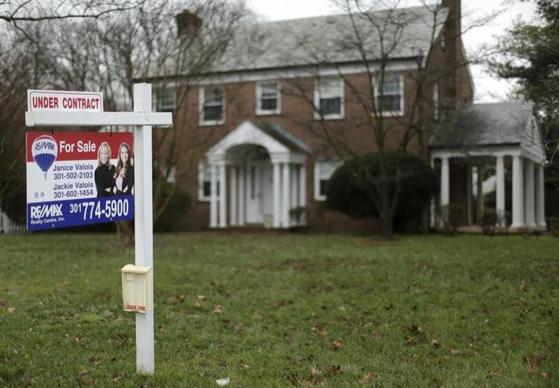 U.S. pending home sales fall to lowest level in a year