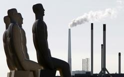 """Скульптура """"Мужчины у моря"""" в Эсбьерге, Дания 16 сентября 2009 года. На протяжении нескольких лет рост экономики еврозоны был чем-то похож на сладкоголосых сирен из """"Одиссеи"""" Гомера: пел чарующие песни, чтобы затем завлечь ваш корабль на скалы. Изменится ли что-то на этот раз?REUTERS/Bob Strong"""
