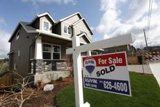 Les promesses de ventes de logements aux USA ont baissé au mois de janvier, pénalisées par une pénurie de stocks dans le Midwest et l'Ouest. La Fédération nationale des agents immobiliers (NAR) a annoncé lundi que son indice des promesses de ventes, calculé à partir des compromis signés le mois dernier, avait reculé de 2,8% en janvier à 106,4, après 109,5 en décembre, chiffre révisé en hausse. /Photo d'archives/ REUTERS/Steve Dipaola