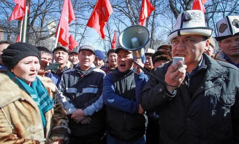 Supporters of detained opposition politician Omurbek Tekebayev, the leader of the Ata Meken (Fatherland) party, hold a rally in Bishkek, Kyrgyzstan, February 26, 2017.  REUTERS/Vladimir Pirogov