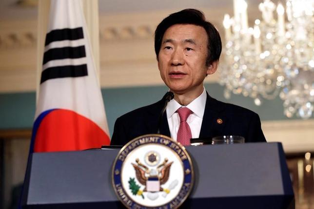 2月27日、韓国の尹炳世外相は、スイスのジュネーブで開催中の国連の人権理事会で演説し、北朝鮮で大量粛清や強制労働などの人権侵害が「悪化の一途」をたどっているとして、国際社会の平和や安全に対する脅威となる前に北朝鮮指導者の責任を国際刑事裁判所(ICC)で追及すべきだと主張した。 写真は昨年10月、米ワシントンでジョン・ケリー前国務長官と共同会見を行った尹炳世外相(2017年 ロイター/Yuri Gripas)