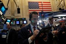 Трейдеры на торгах Нью-Йоркской фондовой биржи 27 февраля 2017 года. Фондовые рынки США завершили сессию понедельника небольшим ростом, при этом Dow закрылся на рекордном максимуме 12-ю сессию подряд, так как президент США Дональд Трамп сказал, что поговорит о планах увеличить расходы на инфраструктуру в ходе обращения к Конгрессу во вторник. REUTERS/Andrew Kelly