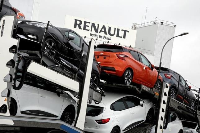 2月28日、日産自動車と仏ルノーの連合は、運転者のいない自動運転車を活用した配車サービスを欧州最大の公共交通サービス会社、仏トランスデブと共同で開発すると発表した。日産とルノーの新車、フランスのルノー工場で23日撮影(2017年 ロイター/Benoit Tessier)