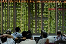Inversionistas miran la información de las acciones en una placa electrónica en una correduría en Hangzhou, China. 25 de agosto 2015.  Las acciones chinas subieron el martes en un leve volumen de negocios, en medio de la cautela luego de que un índice principal se acercó a un máximo desde finales de noviembre, un nivel clave de resistencia técnica.REUTERS/Stringer