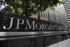 JPMorgan Chase & Co, à suivre mardi à Wall Street. La société a déclaré mardi, à l'occasion d'une journée investisseurs, prévoir une hausse d'environ 3,4% de ses dépenses en 2017, à quelque 58 milliards de dollars. Le titre perdait près de 1% à 89,61 dollars dans les transactions en avant-Bourse. /Photo d'archives/REUTERS/Mike Segar/Files