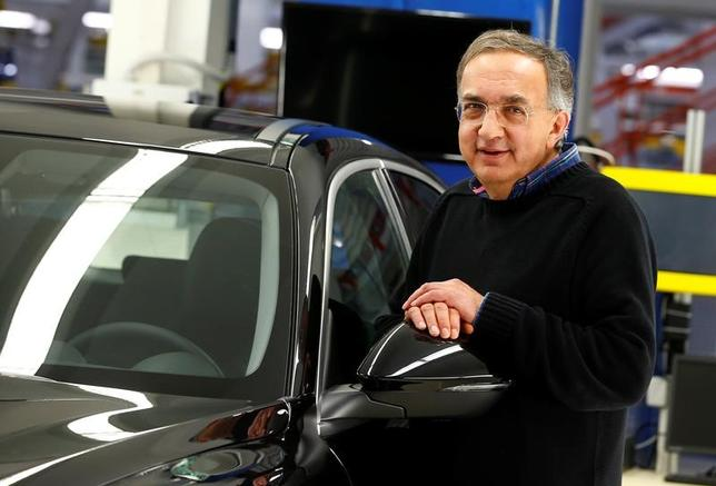 2月28日、欧米自動車大手フィアット・クライスラー・オートモービルズ(FCA)のマルキオーネ最高経営責任者(CEO)が2016年に受け取った報酬額は1200万ドル(1083万ユーロ)だった。写真は昨年11月、イタリア南部のカッシーノにある同社工場で新型アルファ・ロメオ「ステルヴィオ」と映るマルキオーネCEO(2017年 ロイター/Tony Gentile)