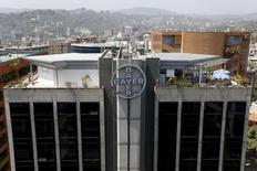 Le laboratoire allemand Bayer a réduit sa part dans sa filiale de plastiques Covestro, via un placement de titres, effectué mardi soir, d'une valeur de près de 1,5 milliard d'euros, apprend-on d'une source proche de l'opération. /Photo d'archives/REUTERS/Carlos Garcia Rawlins