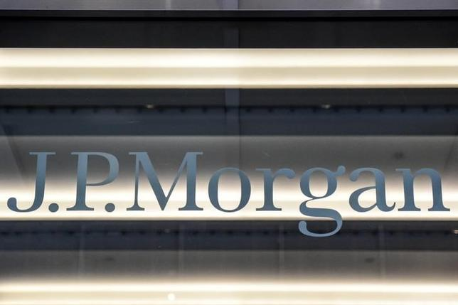 2月28日、米金融大手JPモルガン・チェースは、トランプ大統領の政策による好影響という「にんじん」を投資家の前にぶらさげている。写真は同行のロゴ。ニューヨークで1月撮影(2017年 ロイター/Stephanie Keith)