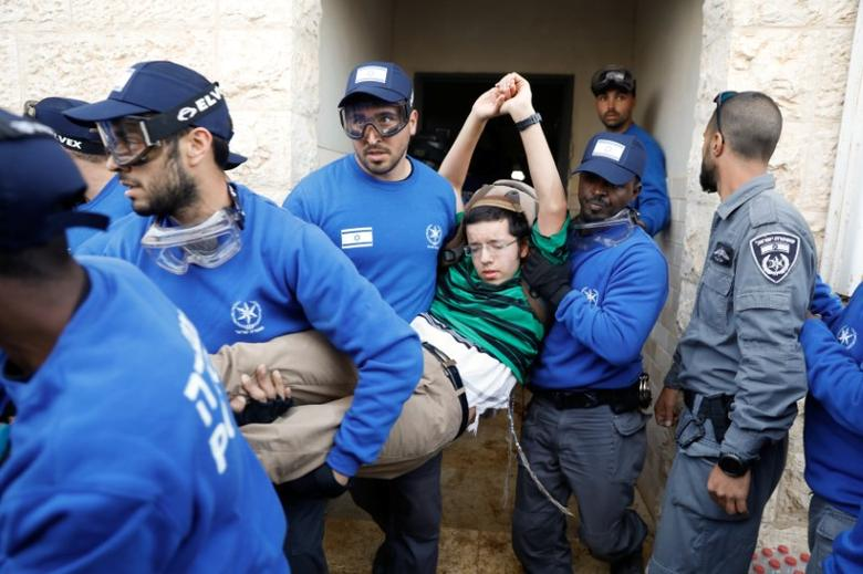 Israeli policemen remove a pro-settlement activist during an operation by Israeli forces to evict residents from several homes in the Israeli settlement of Ofra, in the occupied West Bank, February 28, 2017.   REUTERS/Ronen Zvulun