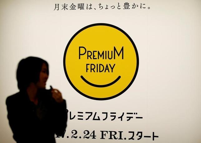 3月1日、大手百貨店4社によると、「プレミアムフライデー」の初日となった2月24日は、前年2月の月末金曜日対比で4社ともに売上高が伸びた。都内で21日撮影(2017年 ロイター/Toru Hanai)