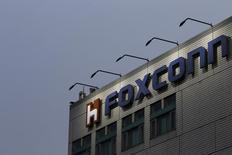 """Foxconn, premier sous-traitant mondial de l'électronique, entend bien soumettre une proposition pour la filiale de mémoires flash de Toshiba et s'est dit """"très confiant"""" sur cette éventuelle acquisition. /Photo d'archives/REUTERS/Tyrone Siu"""