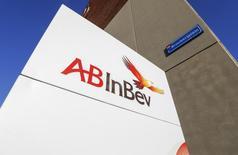 Anheuser-Busch InBev, le premier brasseur mondial, a relevé le montant des synergies attendues du rachat de SABMiller après des résultats inférieurs aux attentes en fin d'année, en raison de mauvaises performance de ses ventes de bière au Brésil. /Photo d'archives/REUTERS/Yves Herman
