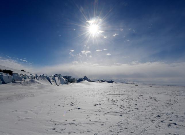 3月1日、世界気象機関(WMO)が地球温暖化と自然の変動を追跡するための参考指標を作る作業で南極周辺のデータを分析したところ、南極半島北端のエスペランサ観測基地で、2015年3月24日に過去最高気温となる17.5度が記録されていたことが分かった。代表撮影、南極海のロス海で昨年11月撮影(2017年 ロイター/Mark Ralston)