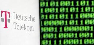 Логотип German Deutsche Telekom. Deutsche Telekom списала 2,2 миллиарда евро ($2,3 миллиарда) от стоимости своей доли в британской BT, в результате чего телекоммуникационная компания зафиксировала чистый убыток в размере 2,12 миллиарда евро в четвертом квартале по сравнению с прибылью в размере 946 миллионов евро за аналогичный период годом ранее. REUTERS/Dado Ruvic/Illustration