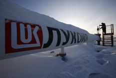 Рабочий проверяет вентиль на Имилорском месторождении Лукойла под Когалымом 25 января 2016 года. Крупнейший в РФ частный нефтедобытчик Лукойл сократил суммарную добычу нефти в 2016 году на 9 процентов до 92 миллионов тонн, сообщила компания в четверг. REUTERS/Sergei Karpukhin
