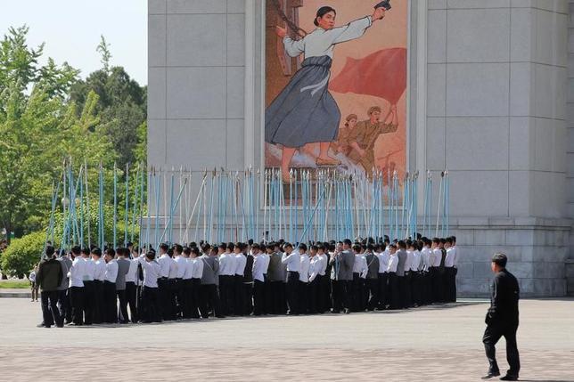 3月2日、米国で1日に発表された新たな報告書によると、北朝鮮で市民の間でモバイル機器の使用が拡大する中、当局は市民の生活を監視するため高度なツールを開発している。労働党大会のパレードの練習をする生徒ら、平壌で昨年5月撮影(2017年 ロイター/Damir Sagolj)
