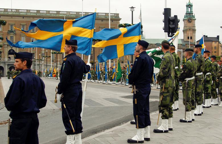 Swedish armed forces soldiers attend a rehearsal  in front of the Royal Palace in Stockholm, Sweden June 18, 2010. REUTERS/Fabrizio Bensch/Files
