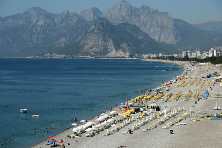 Tourists enjoy a beach in the Mediterranean resort city of Antalya, a popular destination for German tourists, in Turkey, July 25, 2016. REUTERS/Kaan Soyturk/Files