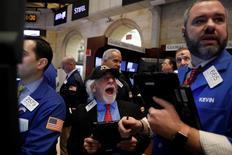 Operadores trabajando en la bolsa de Wall Street en Nueva York, mar 1, 2017. Las acciones retrocedieron el jueves en la bolsa de Nueva York, arrastradas por el sector financiero, mientras que los papeles de Caterpillar se hundieron tras noticias de que autoridades federales allanaron oficinas de la compañía.  REUTERS/Brendan McDermid
