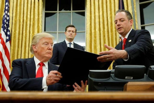 3月2日、米紙USAトゥデーは2日、米大統領選中の昨年7月に開かれた共和党全国大会に合わせ、トランプ陣営関係者のうち新たに2人がロシアのキスリャク駐米大使と接触していたことが分かったと報じた。写真はトランプ大統領。ホワイトハウスの大統領執務室で撮影(2017年 ロイター/Jonathan Ernst/File Photo)