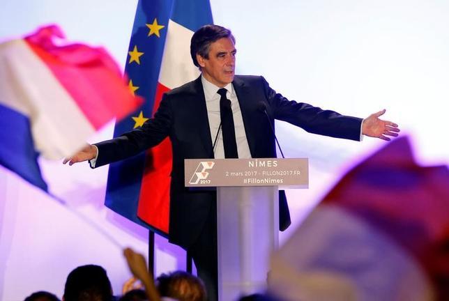 3月2日、フランス大統領選では、中道・右派統一候補のフィヨン元首相が有力候補と目されていたが、家族への不正給与疑惑が浮上して以降、支持率が下落の一途をたどっている。写真は選挙活動先のニームで撮影(2017年 ロイター/Jean-Paul Pelissier)