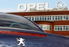 PSA, à suivre à la Bourse de Paris. PSA et General Motors espèrent annoncer l'acquisition d'Opel par le groupe automobile français dès lundi après avoir aplani leur divergences, notamment sur le déficit des retraites de la filiale européenne de GM. /Photo d'archives/REUTERS/Ina Fassbender