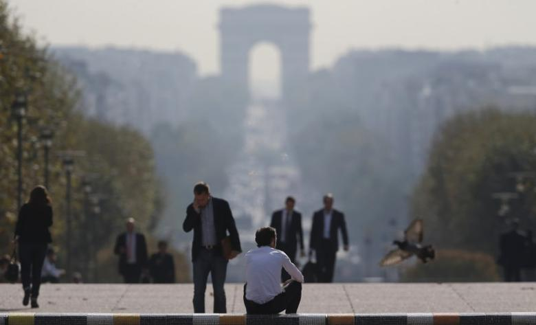 Businessmen are seen on the esplanade of La Defense, in the financial and business district in La Defense, west of Paris, September 19, 2014. REUTERS/Christian Hartmann